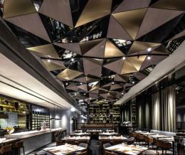 Городской ресторан в Гонгконге в стиле эклектика от дизайн-студии: «Kokaistudios»