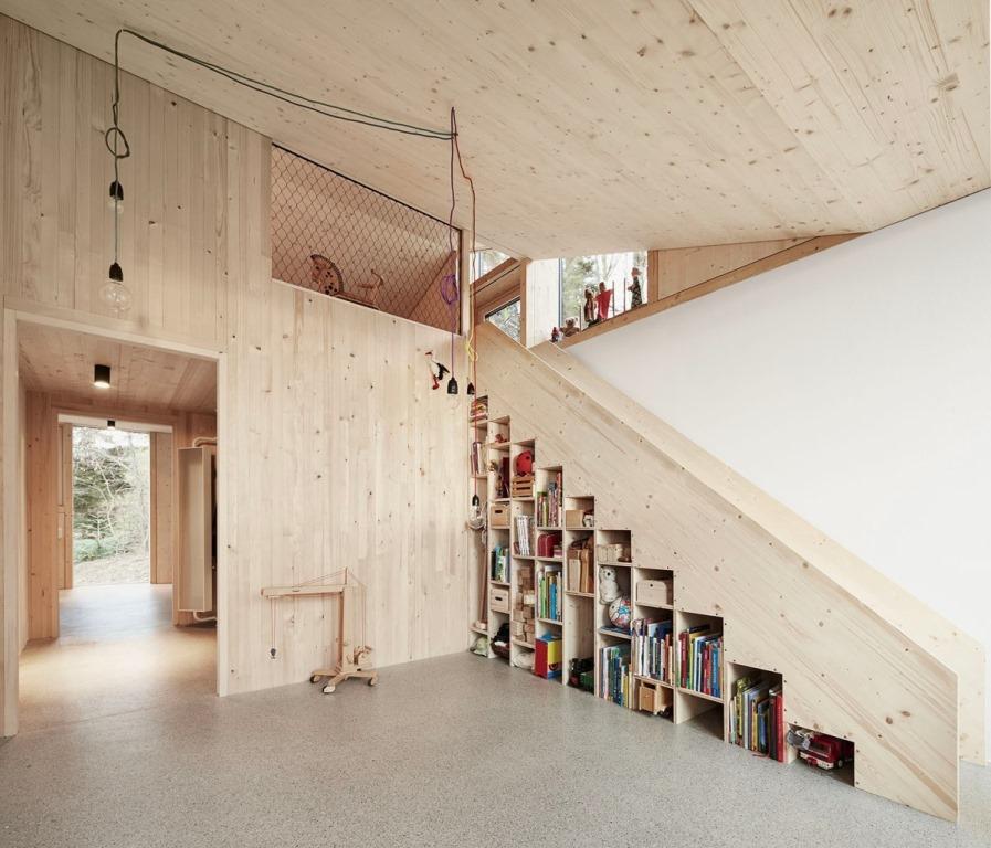 Классическое сочетание лестницы и книжной полки