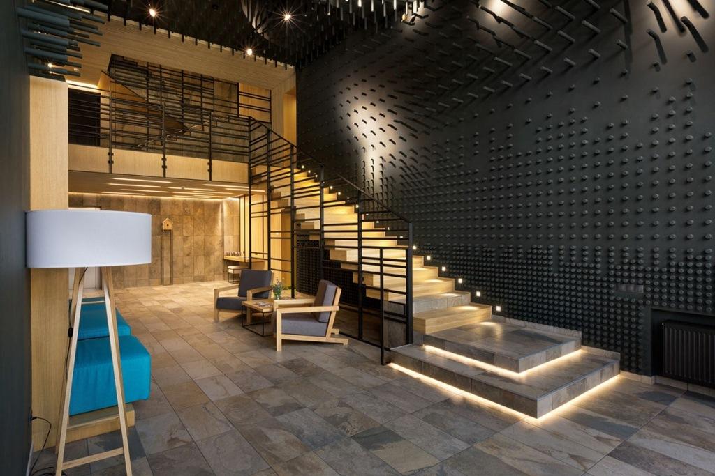 Лестница гостиничного комплекса с впечатляющей текстурой стен и грамотной светодиодной подсветкой
