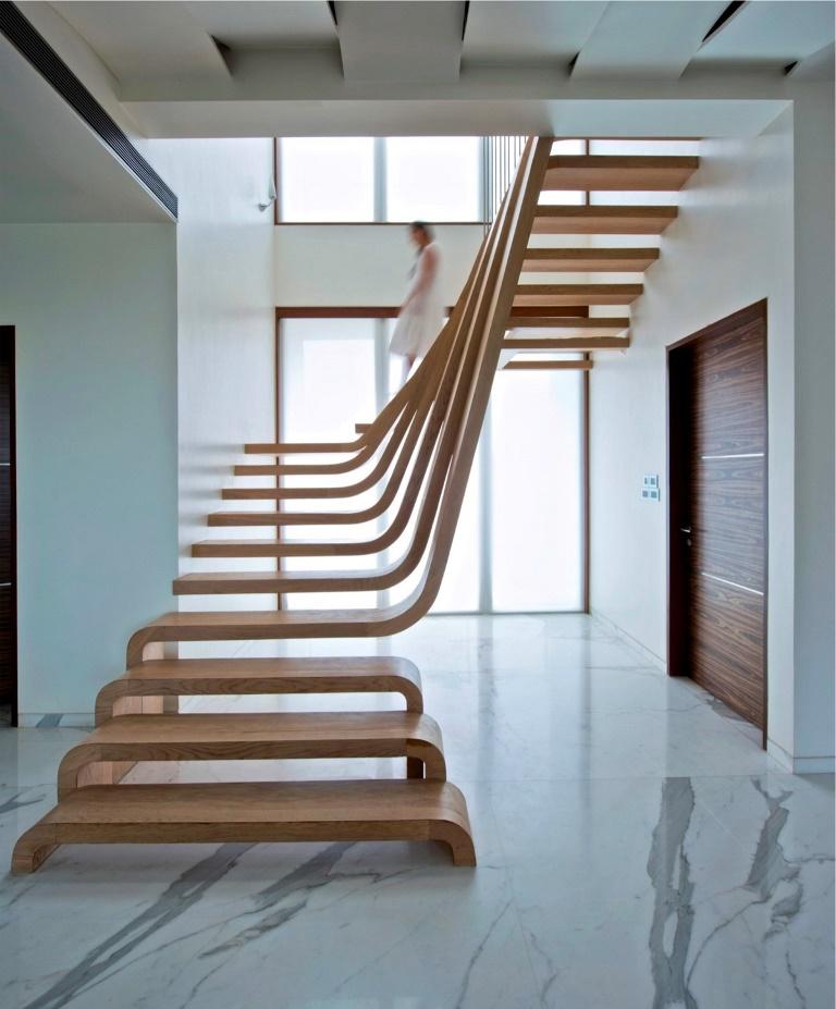 Изогнутая лестница с независимыми ступенями
