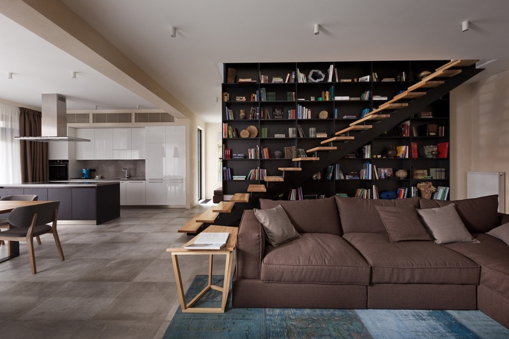 Контраст лестницы, книжных полок и окна