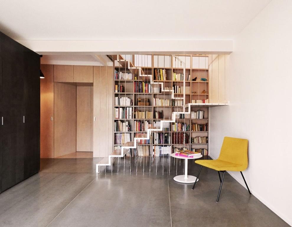 Еще один вариант, что бы объединить книжные полки и лестницу.