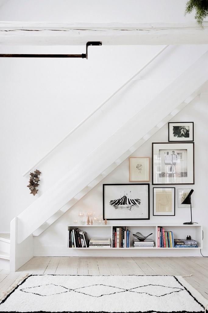 Открытые ступени лестницы в сочетании со светлыми тонами и концепцией максимальной освещенности