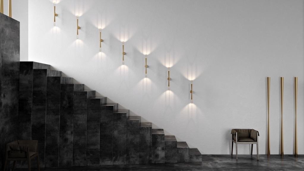 Лестница из монолитных черных плит с подсветкой медными светильниками