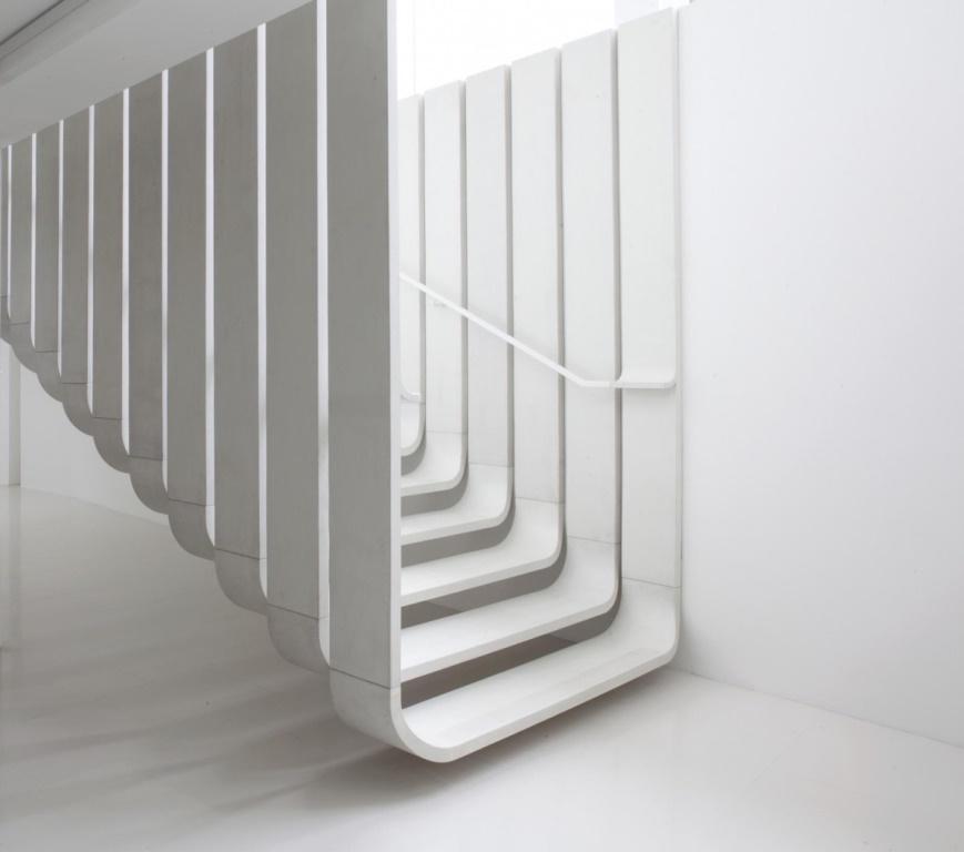 Ультрасовременная лестница похожая на коридор.