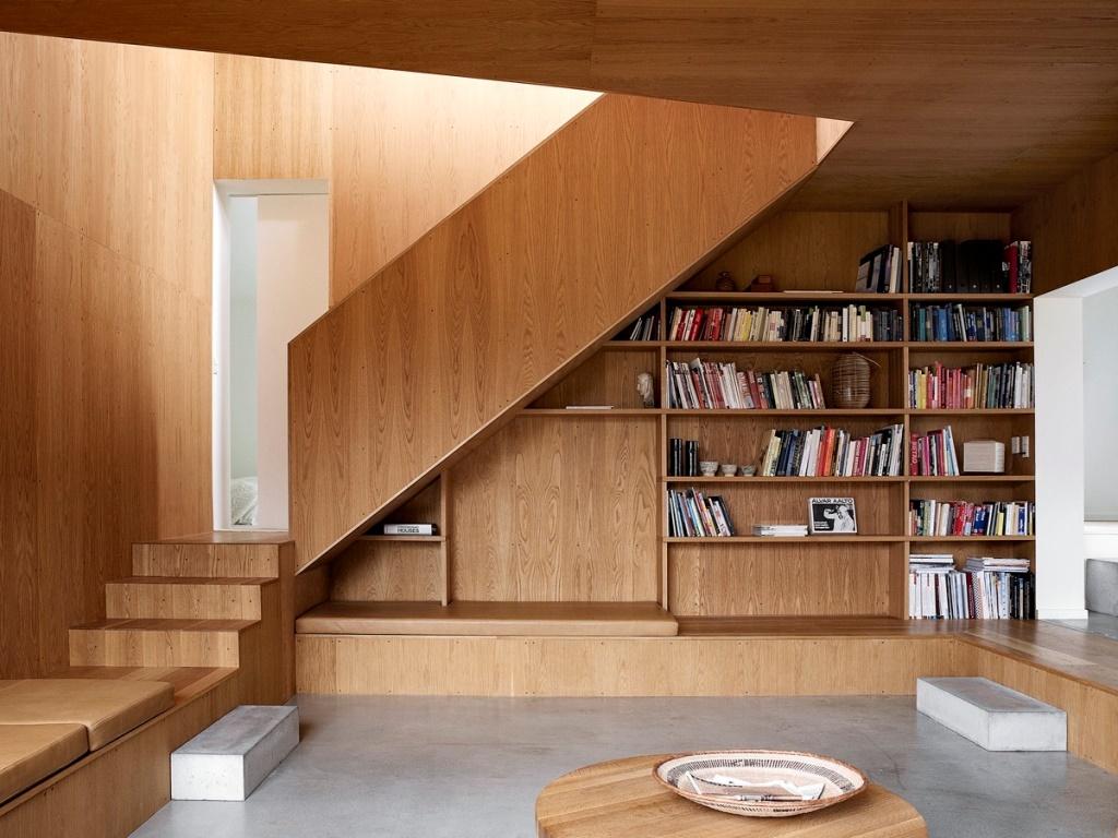 Лестница отделанная деревянными панелями с местом для хранения