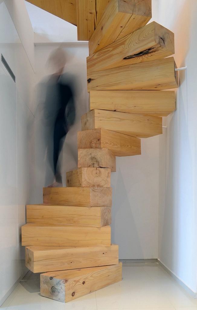 Лестница из деревянных брусков и металлического каркаса