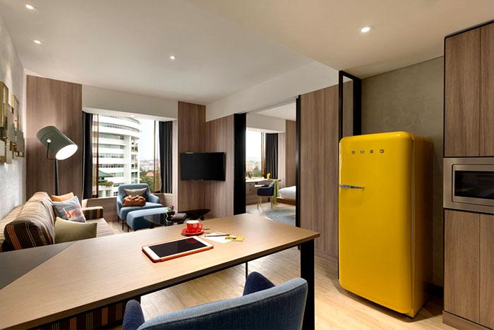 Желтый холодильник и другие яркие пятна в оформлении отеля в современном стиле
