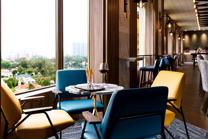 Сочетание желтых и синих стульев в ресторане