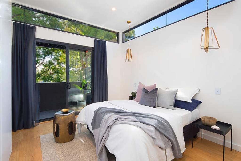 Спальня с небольшими окнами под потолком