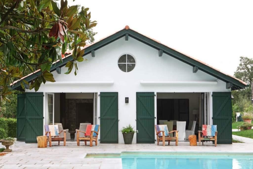 белый дом с зелеными ставнями от дизайнера интерьера Marta de la Rica