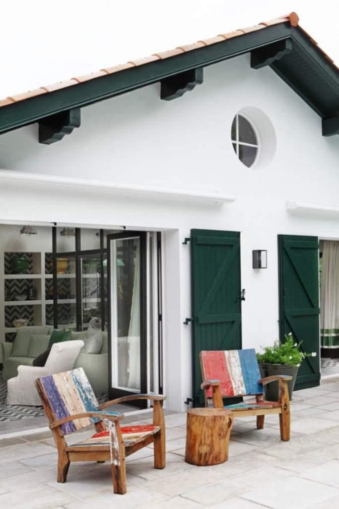 белый дом с зелеными ставнями и зоной отдыха от дизайнера интерьера Marta de la Rica