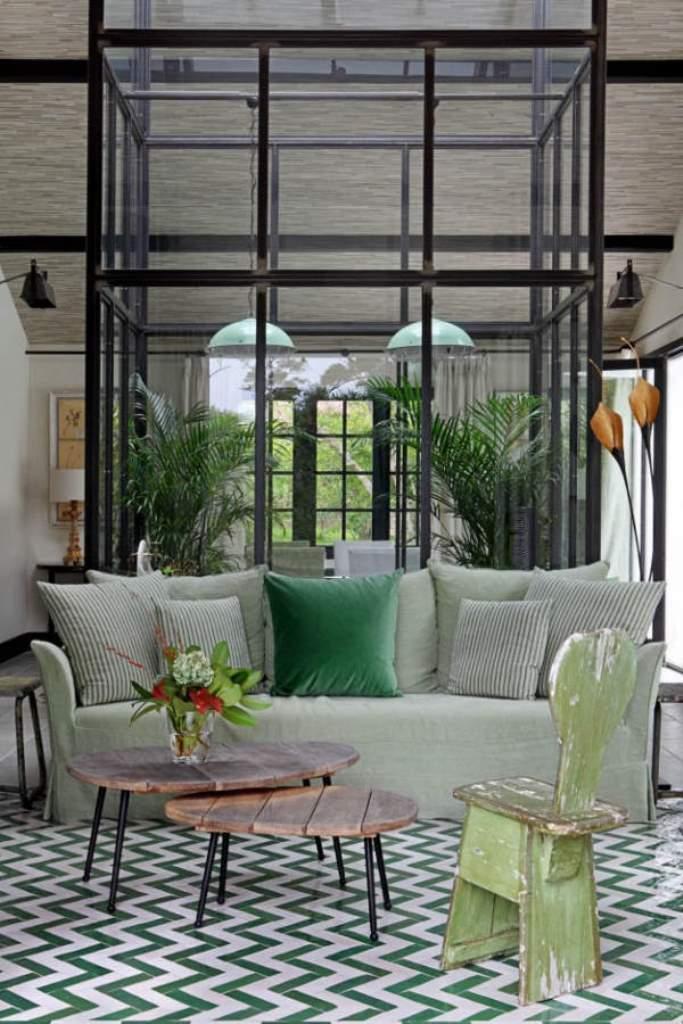 гостиная с серым диваном и металлической перегородкой