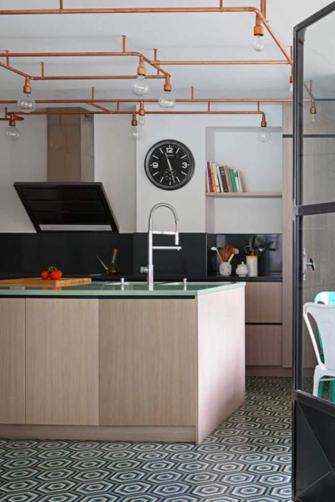 Небольшая кухня и система светильников из меди