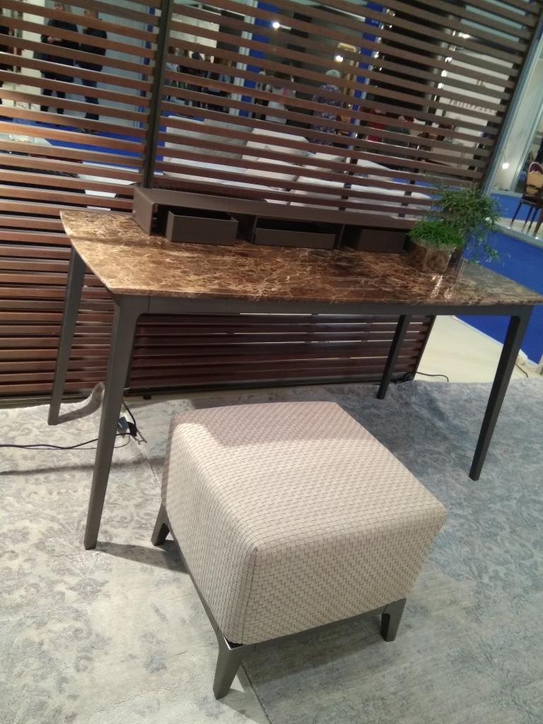 Очень удобный стол и пуф