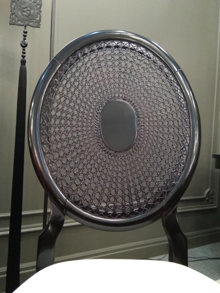 Прозрачная плетеная спинка стула