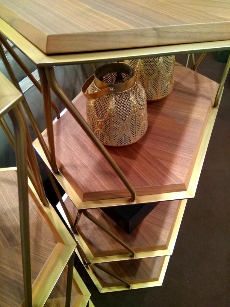 Полки этажерки с использованием цветного метала и дерева