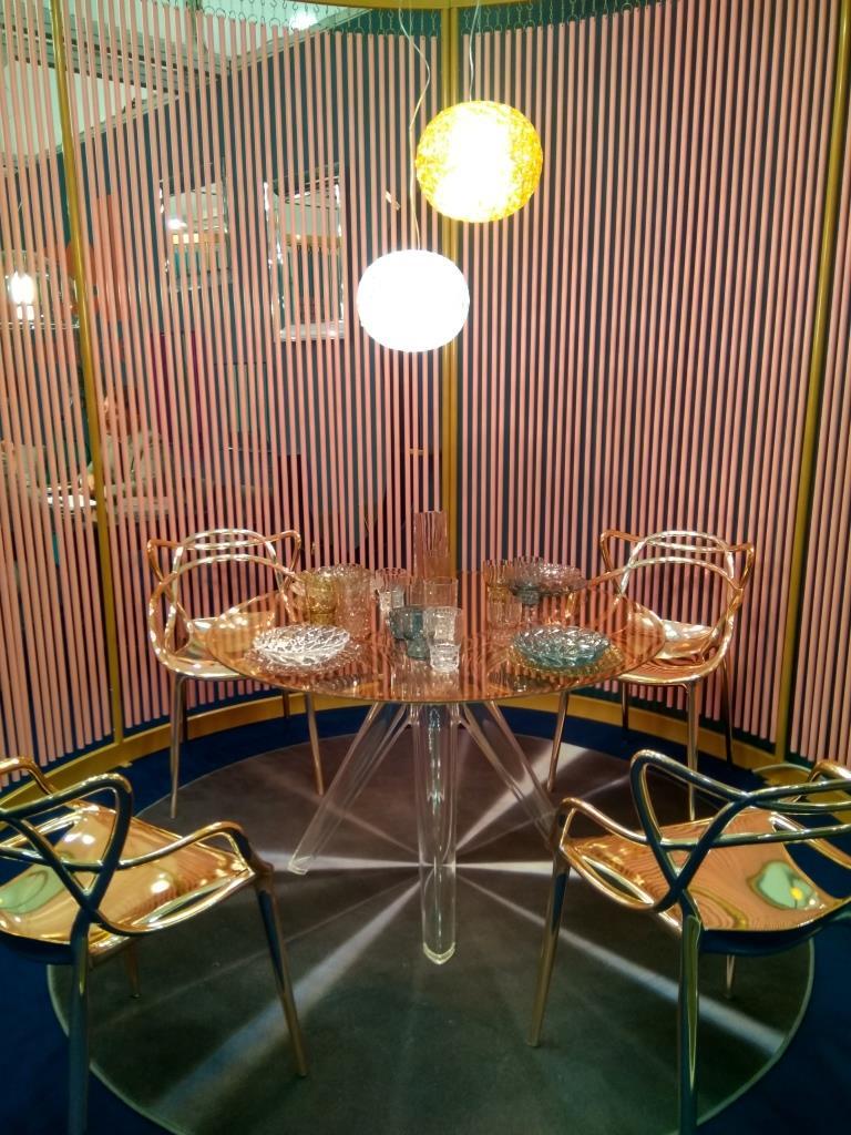 Оформление столовой с использованием мебели из стекла и цветных металлов